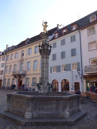 Georgsbrunnen på Münsterplatz. Sankt Göran är Freiburgs skyddshelgon.