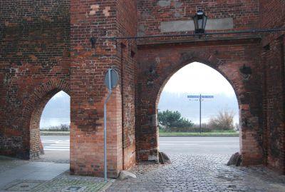 Utsikt över floden Wisła genom stadsportarna.