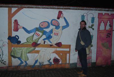 En mur i staden pryddes av dessa humoristiska skildringar av korsfararnas liv.
