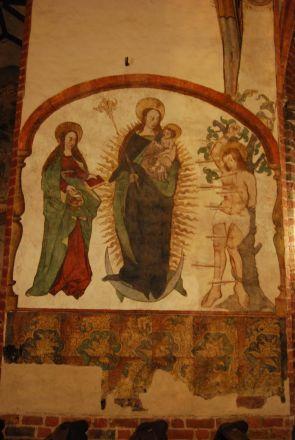 I Den helige Jakobs kyrka: till höger Den helige Sebastian, i mitten den till himlen upptagna Maria, till vänster Maria Magdalena.