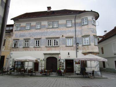 Vidičeva Hiša – Vidič-huset, mittemot Josipina Hočevar.