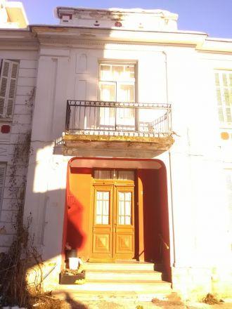 Äldre hus som ser ut att vara i gott skick...