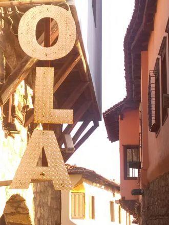 Föregående dag hade jag fått veta att Ola Magnell dött - en av de allra bästa. Bilden tagen i stadsdelen Kyriotissa.