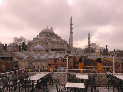 Kafé-takterrass intill Süleyman-moskén.