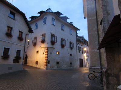 Omkring kyrkan; Homan-huset i mitten. Gränden till vänster är den östra grenen av Mestni Trg.