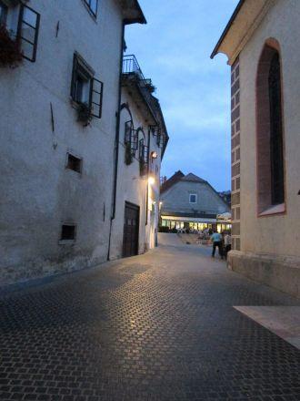 Mellan Homan-huset (till vänster) och Sankt Jakobs kyrka. Rakt fram platsen framför kyrkan.