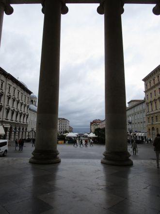 Bakom pelarna som reser sig framför kyrkan Sant'Antonio Taumaturgo. Längst bort ser vi Triestebukten.