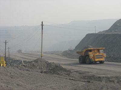 170-tonsdumprar på väg upp ur schakt 3 i Kedrovka.
