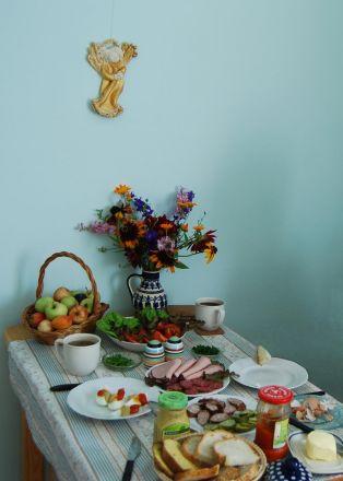"""En gäst i huset, Gud i huset."" Polsk frukost hos Jarek. Även bulgarisk korv finns på bordet."