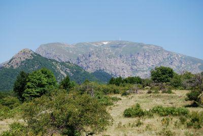 På väg upp till Hizha Rai (fjällstugan Paradiset). Masten till höger om snöfläcken markerar bergstoppen Christo Botev.