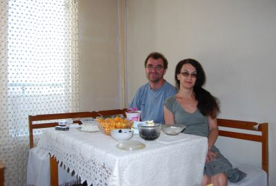Frukost hos Ginka i Plovdiv: yoghurt, aprikoser, blåbär, ost och kaffe.