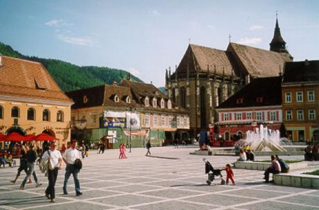 Braşov. I bakgrunden Svarta kyrkan (Biserica Neagră).