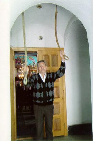 Ringaren i kyrkan i den sista rumänska byn före Gernik kallar till gudstjänst. (Foto: Ulf Irheden)