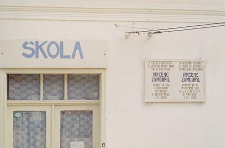 Skolan i Gernik. Tavlan har både tjeckisk och rumänsk text.