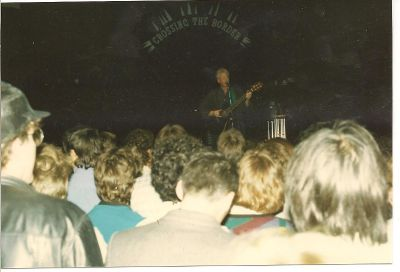 Bruce Cockburn uppträder i London 1986 eller 1987.