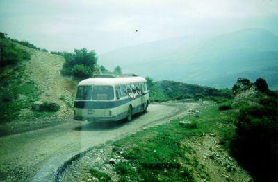 Vår buss ligger bakom en annan buss någonstans i Albanien.