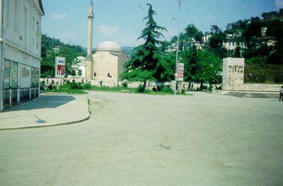 "Berat, nya delen av staden. ""PPSH"" – namnet på det albanska kommunistpartiet – står det på en skylt."