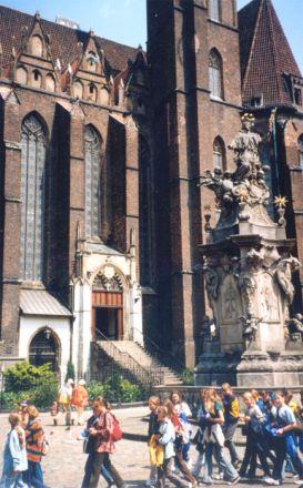 Staty av Jan Nepomuk, den böhmiske 1300-talsprästen som sägs ha dränkts av kung Václav IV efter att ha vägrat att tala om vad drottningen yppat under bikten. Statyer av Jan Nepomuk är vanliga i Centraleuropa. På Karlsbron i Prag finns en. Här står statyn framför Heliga korsets kyrka.