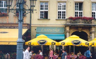 En stor del av Wrocławs befolkning har sina rötter i nuvarande västra Ukraina. Staden Lviv låg i Polen fram till andra världskrigets slut. Här ser vi kafé Lwowska (Lwów är den polska benämningen på staden). Parasollerna på uteserveringen gör reklam för ölmärket Piast, som i första hand är namnet på den äldsta polska dynastin.