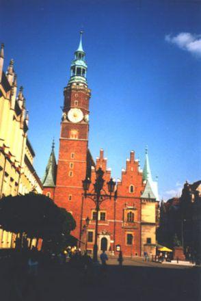 Rådhuset, västra fasaden. På 1300-talet restes tornet och år 1367 tillkom det mekaniska uret.