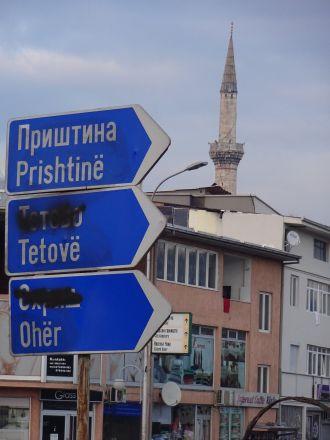 I Skopje. De makedonska namnformerna, med undantag för Prishtina, är överstrukna - de albanska har fått vara kvar. Kanske nådde inte klottraren ända upp?