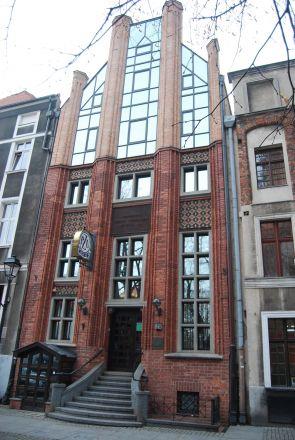 Gammalt gotiskt hus med modern ovandel.