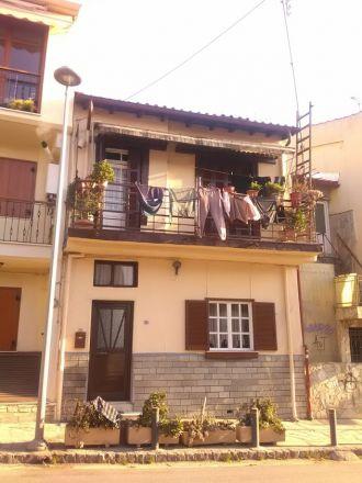 Vid busshållsplatsen Agios Pavlos.