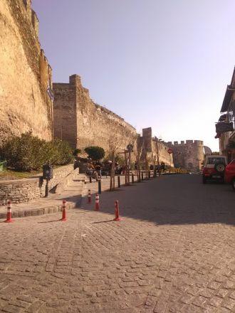 Den bysantinska stadsmuren. Längst bort Trigoniou-tornet.