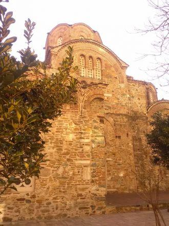 I närheten av Galerius rotunda ligger kyrkan Agios Panteleimon.