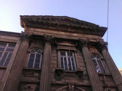 Grekisk institution av något slag.