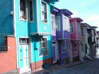 Färgglada hus inte så långt från Kariye-museet.