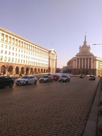 Plostad Nezavisimost. Byggnaden till höger: före detta säte för centralkommittén.