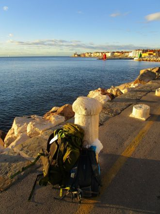 Pers pinaler i Piran. Bakom dem (i nordväst) halvön där större delen av Piran är belägen.