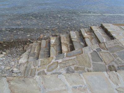 Trappor som leder ner till havet – mellan Piran och Fiesa.
