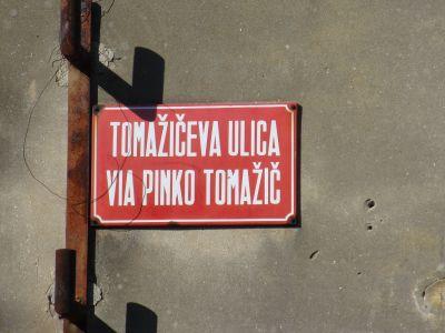 Även i Izola är gatuskyltarna tvåspråkiga (det italienska namnet på Izola är Isola).