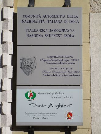 Skylt på hus där den lokala italienska minoriteten har sina kontor och lokaler.