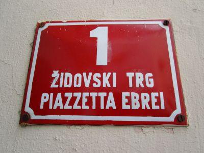 """""""Judiska torget"""" – på slovenska och italienska."""