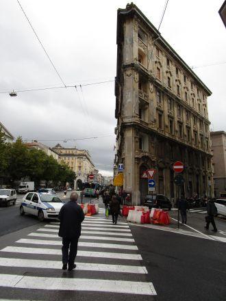 På den breda Via Giosué Carducci söder om Piazza Oberdan.