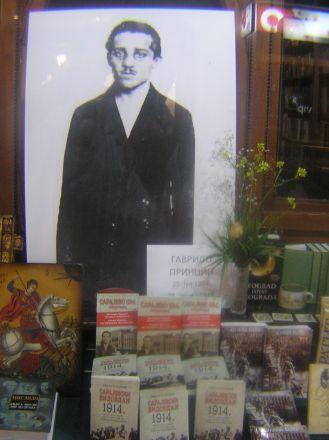 Gavrilo Princip i skyltfönstret till en bokhandel, Belgrad.