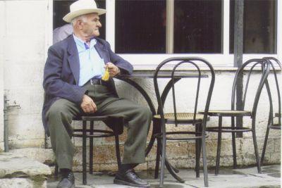 En stunds eftertanke på ett kafé i Gjirokastër.