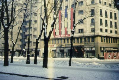 """På den röda banderollen står: """"Ceauşescu – Româniă – Pace (Ceauşescu – Rumänien – Fred)."""