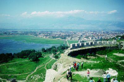 Vi beskådar några ruiner i närheten av Shkodër i norra Albanien.